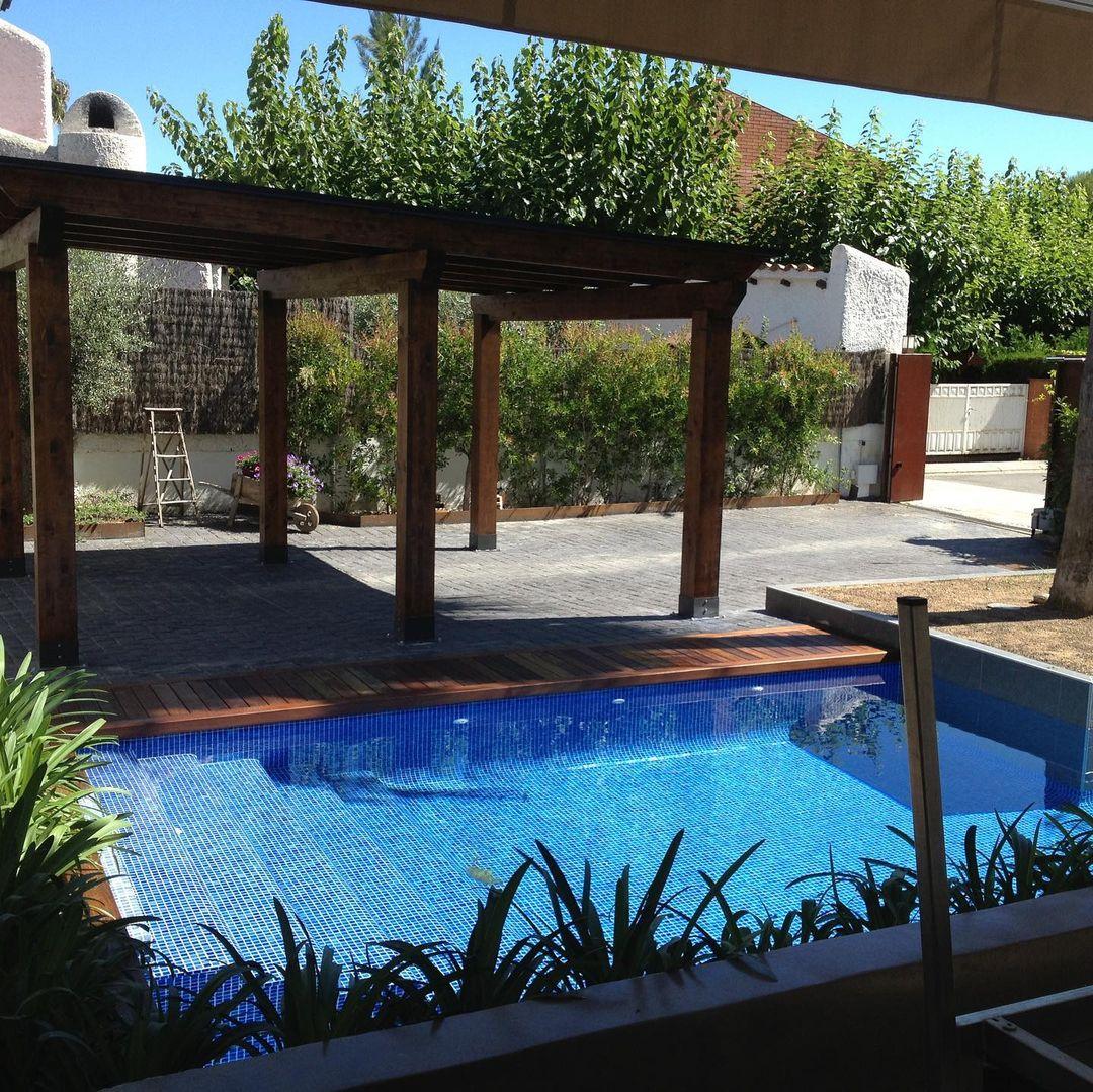 Piscinas de diseño en Tarragona  jardin con piscina tropical