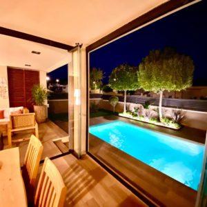 iluminación chillout y piscina en Tarragona