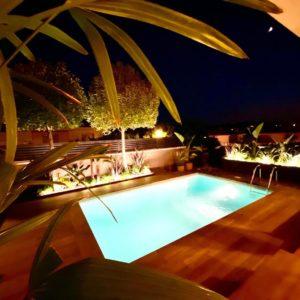 Construcción de piscina iluminación nocturna